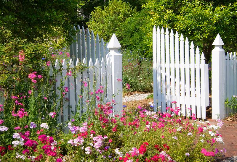Schöne Zäune und Tore runden den Eindruck ab