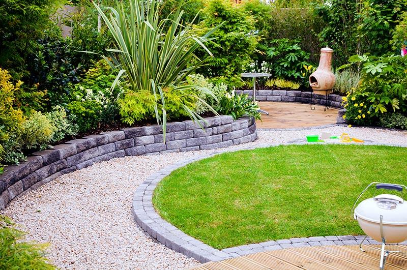 Gelungene Gartengestaltung durch den Einsatz unterschiedlicher Materialien